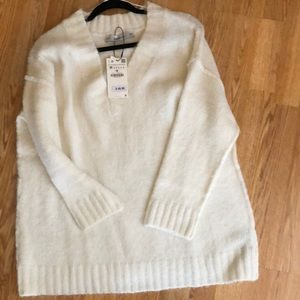 V neck off white knitwear